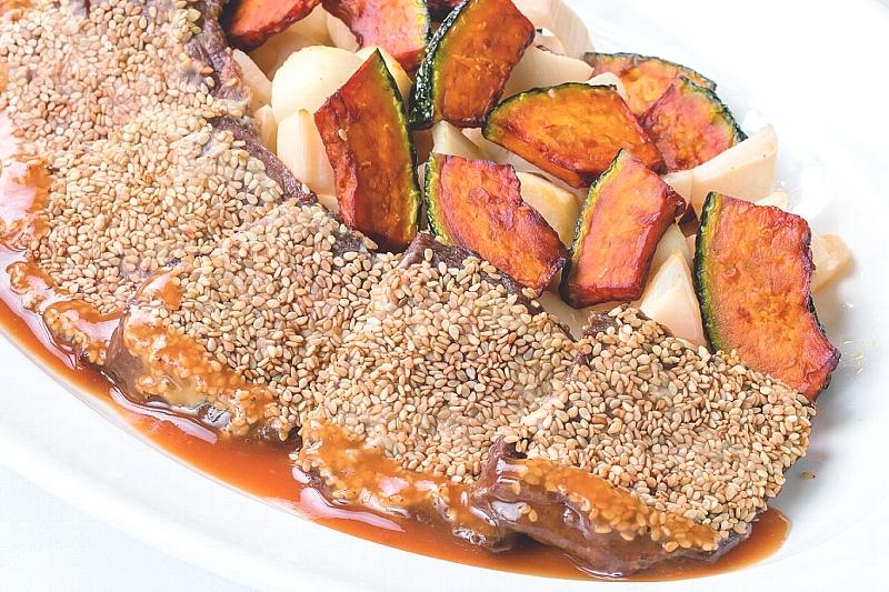 ⑦【洋】セサミック牛ステーキと 根菜のバターソテー