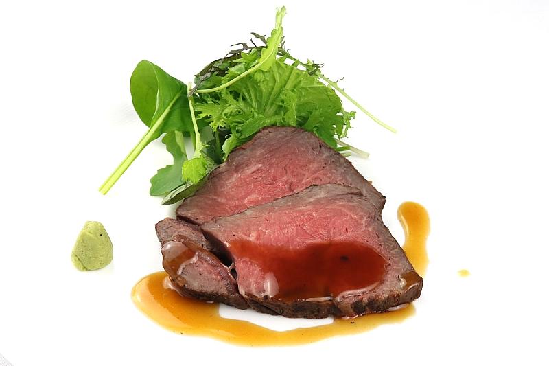 低温でじっくりロゼに焼き上げた 特選和牛ランプ肉のロースト 安曇野産山葵