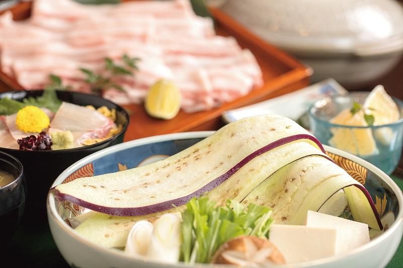 料亭深志楼からは宮崎の伝統食材をしゃぶしゃぶであっさり「宮崎県産綾ぶどう豚と佐土原ナスのしゃぶしゃぶ鍋御膳」