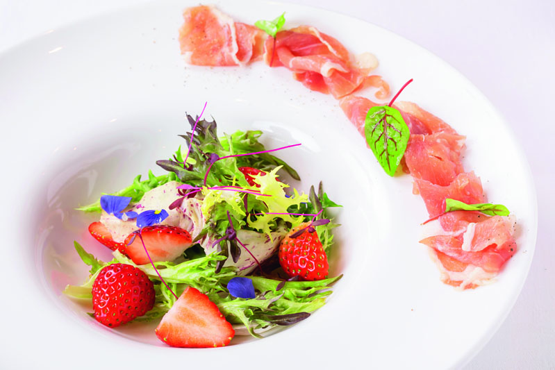 フランス料理ソルプレーサ 苺と生ハムのサラダホワイトバルサミコのヴィネグレット