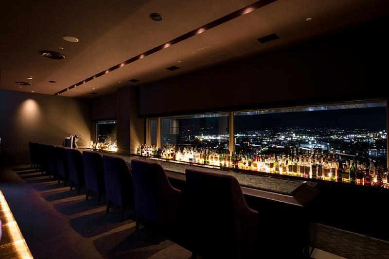 南側に移設され、情緒的な奥深い松本平の夜景を望むバーカウンター
