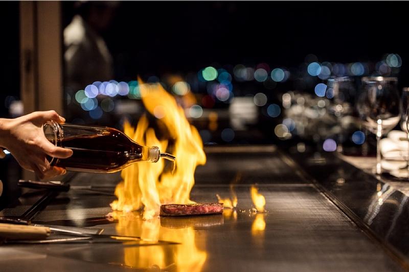 煌めく夜景とフランバージュの炎の美しいコラボレーション