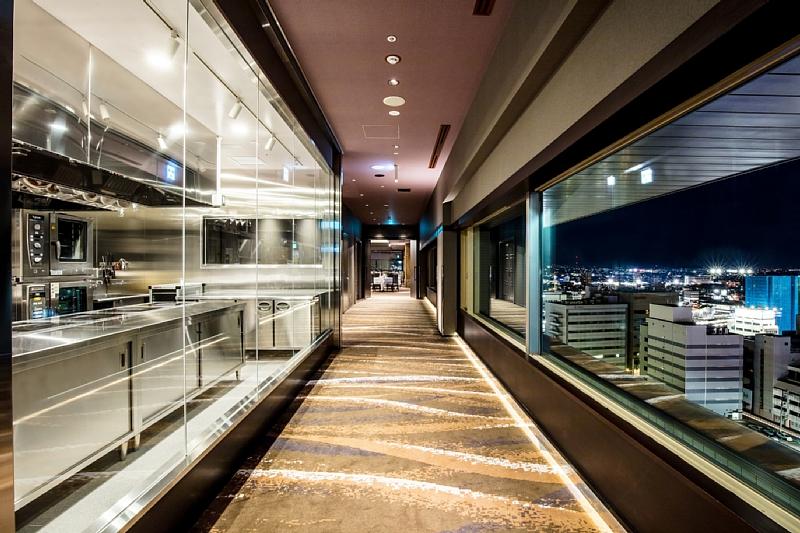 オープンキッチンを眺めながら期待感高まるエントランスアプローチ