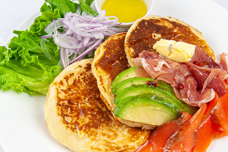 スモークサーモンとアボガドパンケーキ ¥1,700